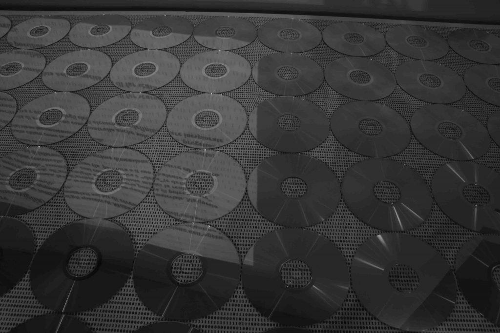 """Creare (sulla meraviglia): particolare del tavolo con i CD e la """"tovaglia"""" con i bit"""