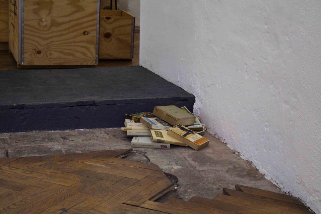I resti (immortali) di Dostoevskij: il mucchietto di vecchi libri in un angolo della galleria